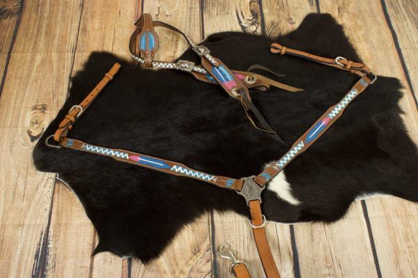 Einohr Westerntrense und Vorderzeug mit farbig punzierten Federn und Pfeilen, Set, pink, weiss, blau