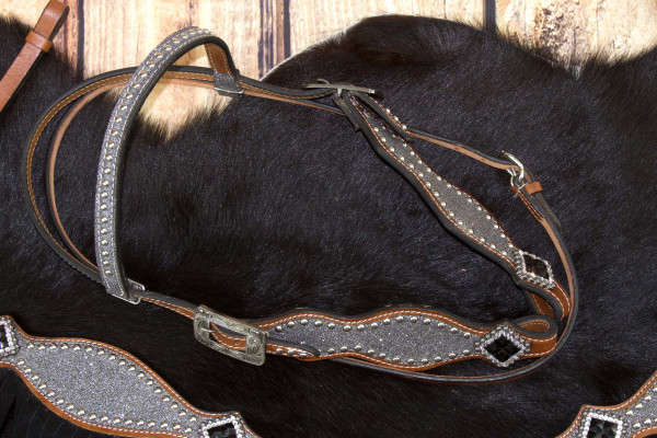 Glitzer Showtrense silber, mit Nieten und schwarzen Conchos